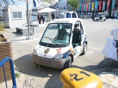 ecar un veicolo elettrico della polizia spagnola ricarica la batteria