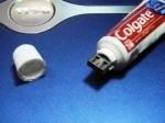 chiavetta USB dentro un tubetto di dentifricio.