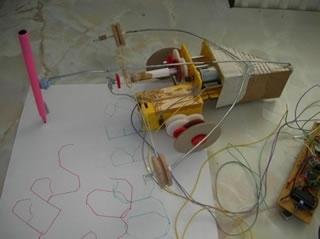 Un robot che scrive funziona con la scansione di un disco di carta usato come il codice Morse