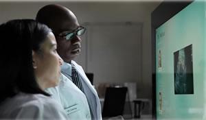 Surface 2.0 consente a un team di medici di visualizzare radiografie e programmare interventi