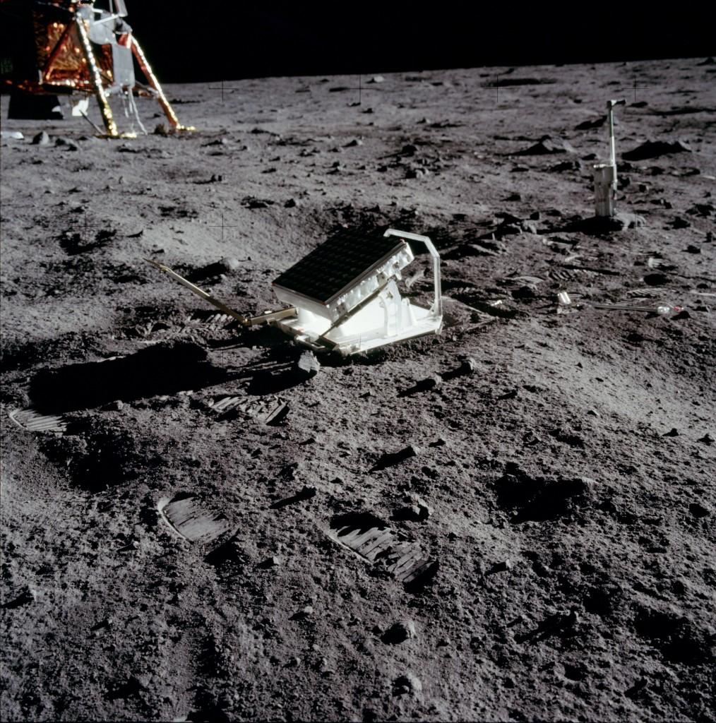 Figura 2: il retroriflettore posizionato dagli astronauti dell'Apollo 11