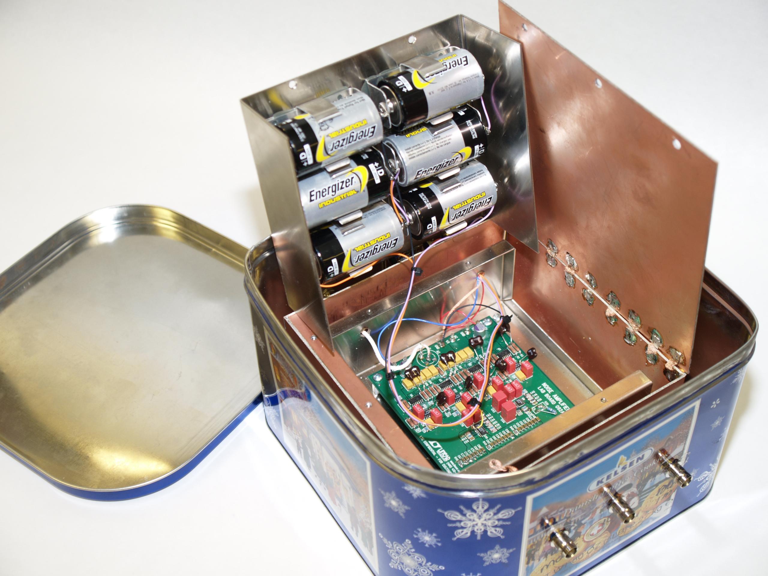 Figura 7. Costruzione del contenitore schermato mediante una scatola in mu-metal inserita in una scatola di rame a sua volta inserita in una scatola di acciaio per attenuare i campi.