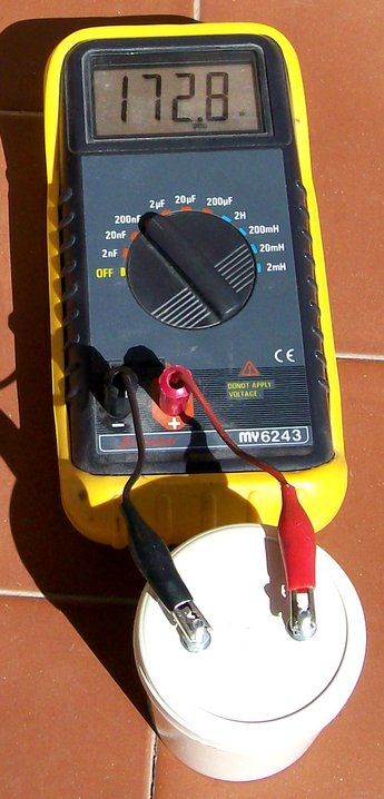 Figura 15: La misura del condensatore con un capacimetro.