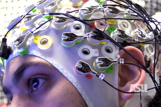 Figura 1: Calotta cranica con gli elettrodi e il monitor per il controllo del drone