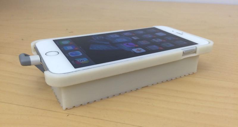 Figura 4: iPhone con custodia bianca. All'interno della custodia sono posizionati la scheda Hikey con i vari circuiti di gestione.