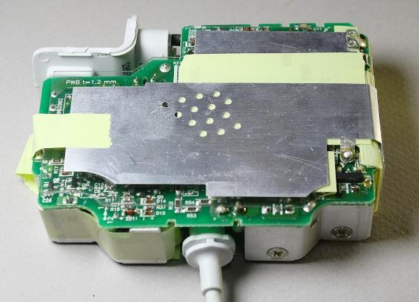 Figura 3: Un altro lato interno dell'alimentatore MacBook 85 W Modello A1172