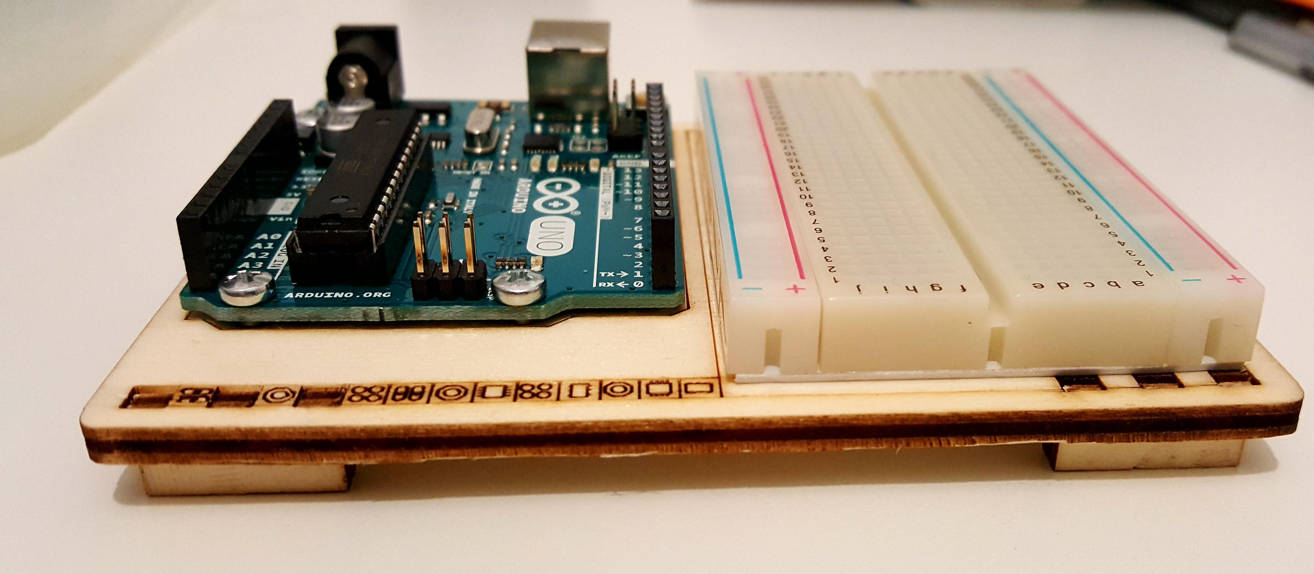 Figura 3: Visuale della basetta di legno con arduino e la breadboard