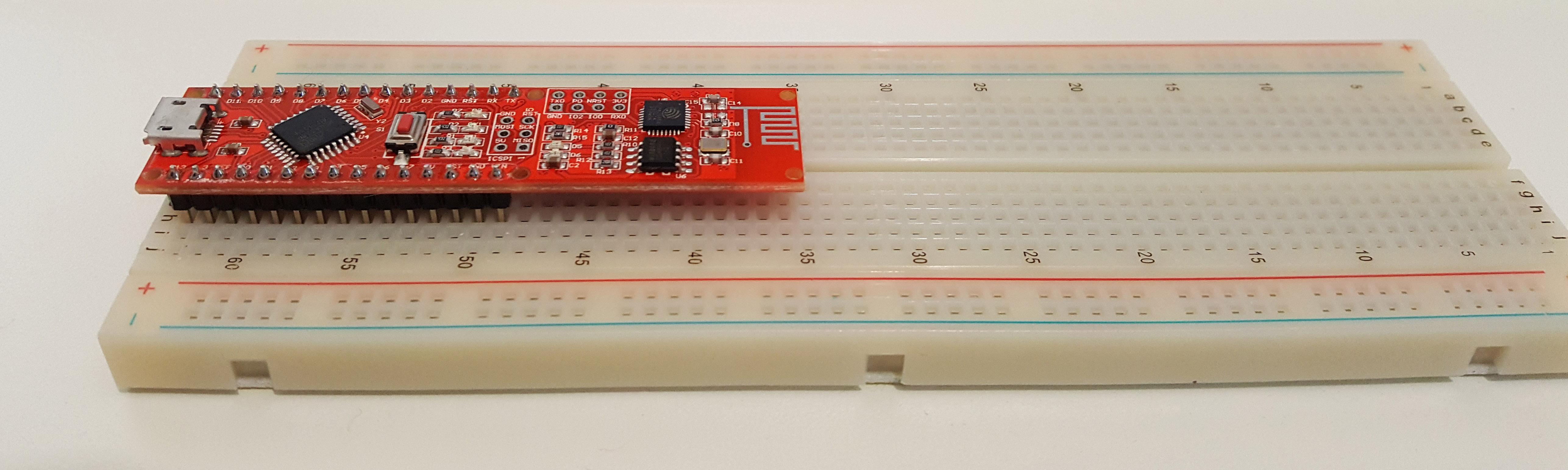 Figura 2: La scheda Open IoT Wi-Fi inserita nella breadboard