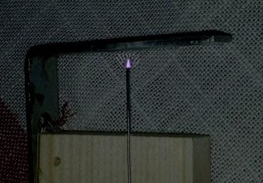 Figura 13: Dalla punta dell'ago vengono sparati elettroni a grande velocità.