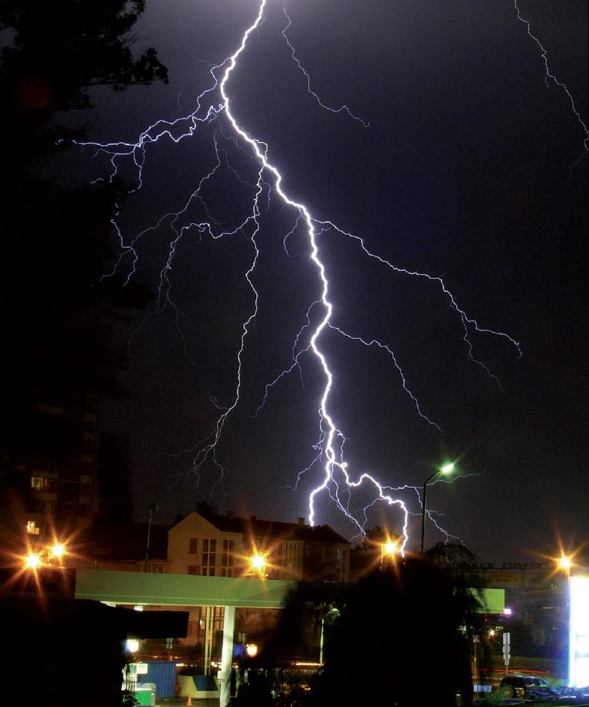 Figura 1: un fulmine scarica a terra tutta la sua energia.