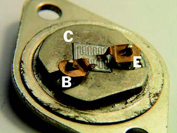 Figura 5: Interno di un powertransistor in contenitore TO-3.