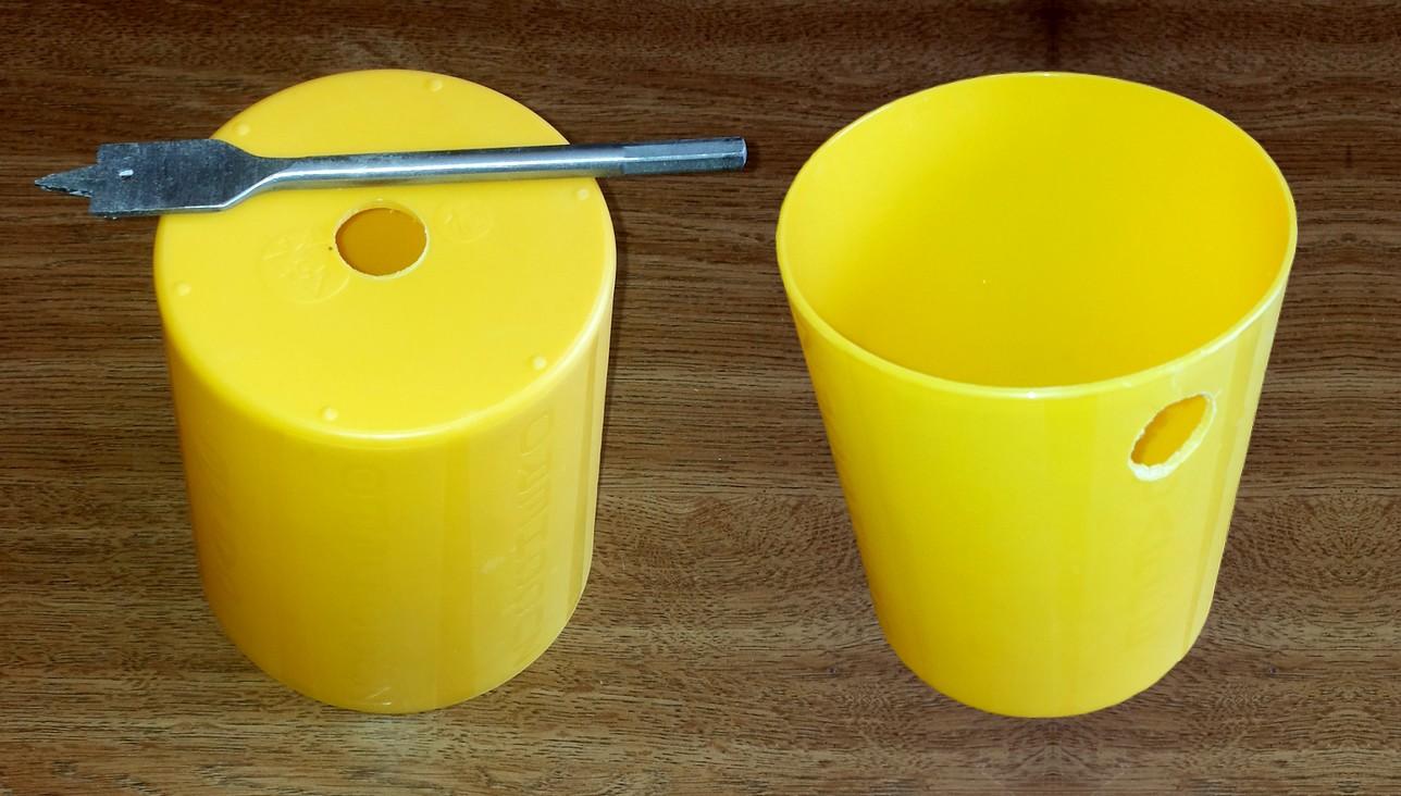 Figura 2: i due fori praticati sul contenitore plastico