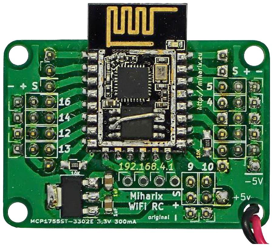 Figura 2: una versione della scheda sviluppata dall'autore che mostra il modulo ESP8266 capovolto e modificato per pilotare undici servi
