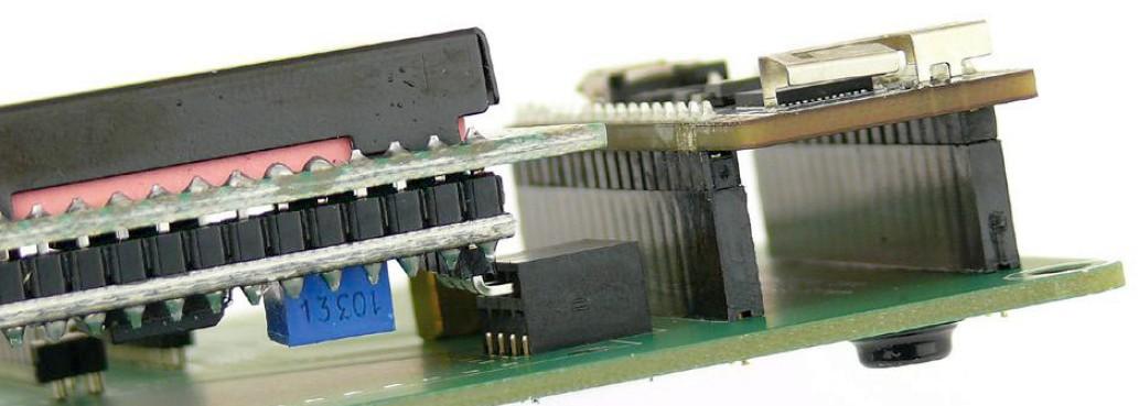 Figura 4: il display I2C (a sinistra) è costituito dall'unità di visualizzazione vera e propria e da una scheda di conversione I2C, che è collegata alla scheda Discovery tramite un connettore SIL a 4-pin