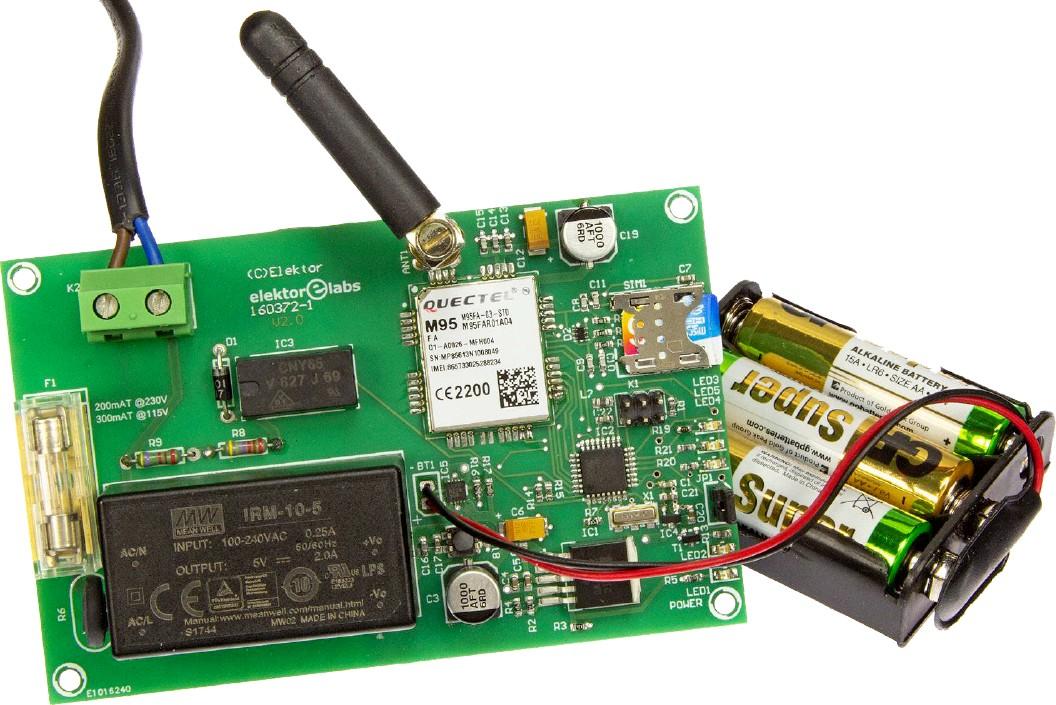 Figura 4: il prototipo completo. Sono visibili Il modulo di alimentazione (nero), Il modulo GSM (bianco), la scheda SIM e la batteria di backup