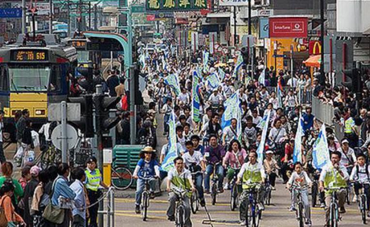 Figura 1: in molte città, le macchine e gli autobus vanno in ogni direzione, spesso senza alcun preavviso