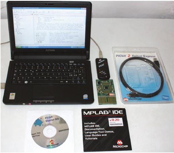 Figura 1: ecco tutto il materiale contenuto nel kit DV164121 vicino ad un netbook, PC ideale per questo tipo di applicazioni che sfruttano la porta USB per la programmazione.