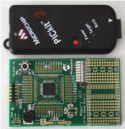 Figura 2: il programmatore USB PICkit 2 e basetta demo con PIC a 44 pin utilizzati per la prova. Notare il pulsante che in questa applicazione serve per resettare le misure di temperatura.