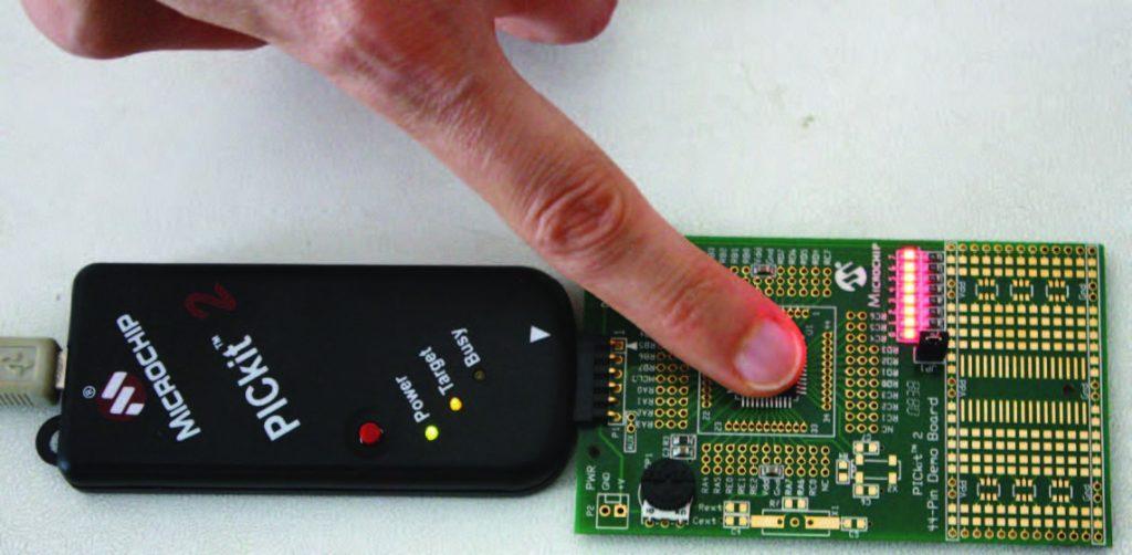 Figura 3: toccando con un dito il corpo del microcontrollore è possibile aumentare la sua temperatura e di conseguenza la visualizzazione nei LED.