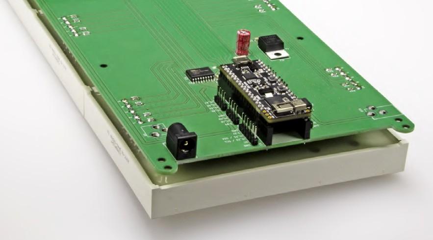 Figura 6: l'elettronica dell'unità del display del prototipo completo. In basso a sinistra, la presa per il connettore a cilindro può essere saldata lateralmente o rivolta all'indietro