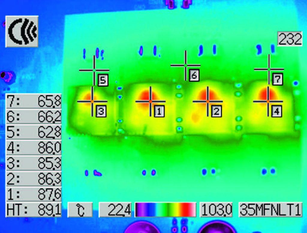 Figura 2: il grafico termico del circuito da 48 A, 1,5 V della figura 1 mostra una condivisione equilibrata della corrente tra i regolatori μModule DC/DC e un aumento della temperatura contenuto anche senza flusso d'aria (VIN= da 20 V a 1,5 VOUT a 40 A).