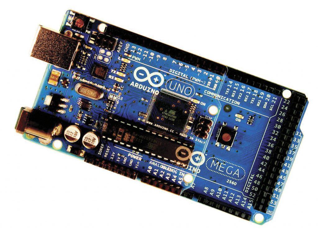 Figura 2 Arduino UNO sovrapposta ad Arduino MEGA 2560, evidenzia la compatibilità esistente tra i vari membri della famiglia