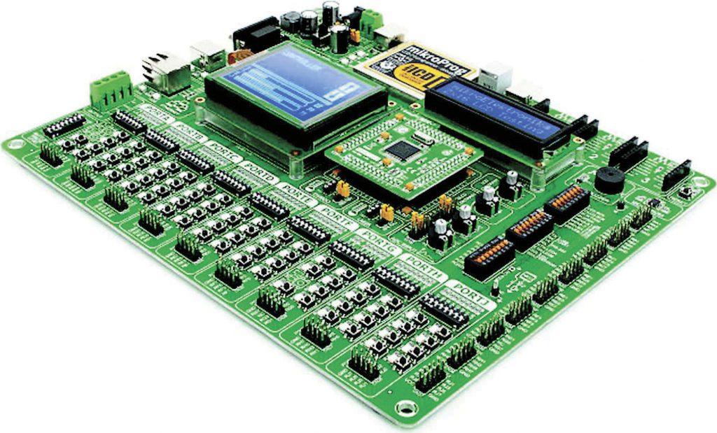 Figura 1-La scheda di sviluppo EasyPIC PRO v7 corredata di LCD testuale 2x16, GLCD con touch-panel ed MCU card con PIC18F87K22 [1], [5], [10], [11]