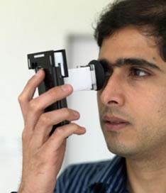 Il controllo della vista fai da te sarà presto possibile grazie a un piccolo dispositivo in plastica da attaccare al cellulare