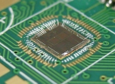 Le differenze tra microprocessore e microcontrollore riguardano soprattutto la presenza o assenza di periferiche e altri dispositivi