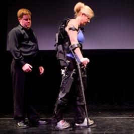 Le gambe robotiche della Berkeley Bionics, chiamate e-Legs, permettono ai paraplegici di camminare di nuovo