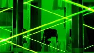 Per generare impulsi luminosi con un laser bisogna operare sulla lunghezza d'onda e usare dei modulatori di ampiezza