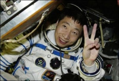 Primo astronauta cinese atterra con volto insanguinato