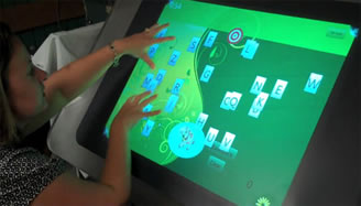 La terapia con touchscreen prevede l'uso di giochi su un grande desktop per trattare bambini con paralisi cerebrale